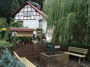 Unsere Ferienwohnungen liegen über dem Ort Friedrichroda. Das Stadtzentrum des Thüringer Erholungsstädtchens erreichen Sie in nur 10 Minuten,